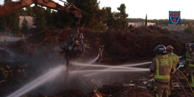 Extinguido el incendio declarado ayer en la empresa de reciclado de madera en Caravaca de la Cruz - 1, Foto 1