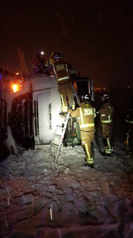Rescatan a un camionero cuyo vehículo salió de la carretera y volcó en la RM-730 - 1, Foto 1
