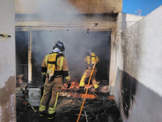 Atendidas dos personas que ha resultado heridas por quemaduras en el incendio de una vivienda en Roldán - 1, Foto 1