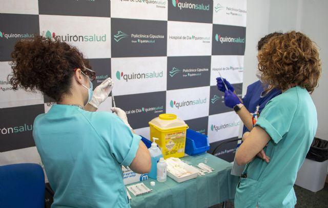 Primera dosis de la vacuna de Pfizer a 150 profesionales en Policlínica Gipuzkoa - 1, Foto 1