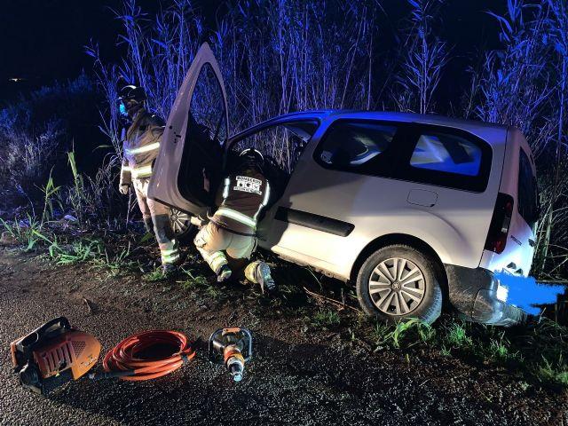 Servicios de emergencia rescatan y trasladan a un herido en accidente de tráfico en Totana, Foto 1