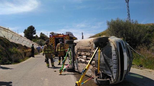Rescatan y trasladan al hospital a un conductor accidentado tras volcar su vehículo en la carretera RM-20 en Canara - 1, Foto 1