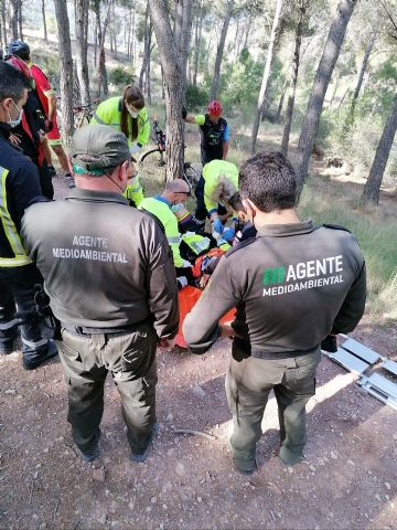 Rescatan a un ciclista herido tras caída sufrida en el Collado del Cerrillar en el Puerto de la Cadena - 1, Foto 1