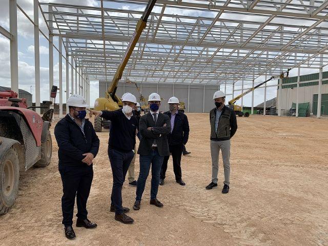El alcalde José MIguel Luengo destaca la apuesta por los productos ecológicos y la sostenibilidad de Alpi San Cayetano durante una visita a las instalaciones de la compañía - 1, Foto 1