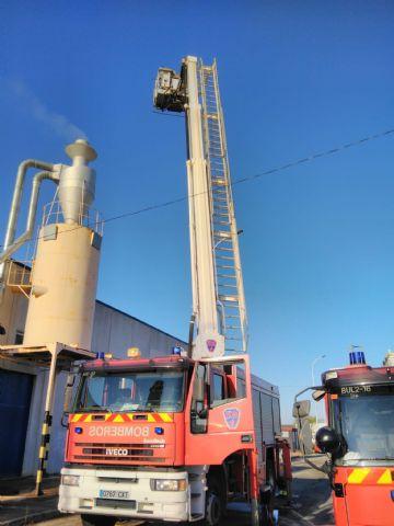 Bomberos apagan el incendio declarado en un silo de virutas de madera de una fábrica de muebles de Yecla - 1, Foto 1