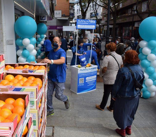 Avanza Fibra regala 4000 kilos de naranjas y limones de Murcia para la apertura de su tienda en Alcorcón - 1, Foto 1