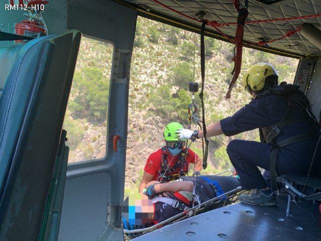 Servicios de emergencia rescatan y evacúan por aire a un ciclista accidentado en Sierra Espuña, Foto 1