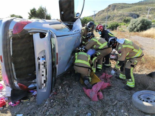 Rescatada y trasladada al hospital la conductora de un turismo que ha salido de la carretera y volcado en El Consejero (Lorca) - 1, Foto 1