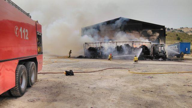 La rápida intervención del operativo del Plan Infomur ha evitado que el incendio de una nave afectara a terreno forestal en Cehegín - 1, Foto 1