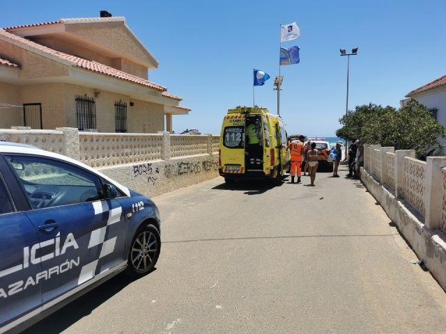 Socorristas han rescatado del agua a un bañista inconsciente en playa de Mazarrón, Foto 1