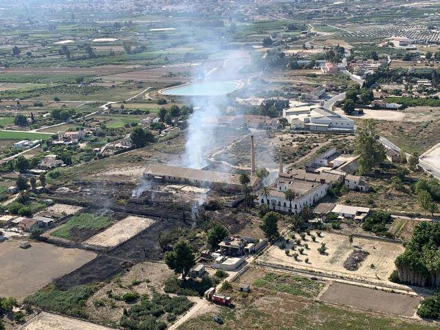 Agente Medioambiental da por extinguido el incendio en zona de huertos abandonados en Palacios Blancos, Lorquí - 1, Foto 1