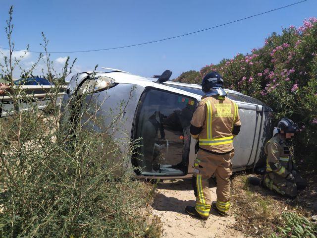 Rescatada y trasladada al hospital la conductora de un turismo accidentado en la autopista AP-7, en El Pilar de la Horadada - 1, Foto 1