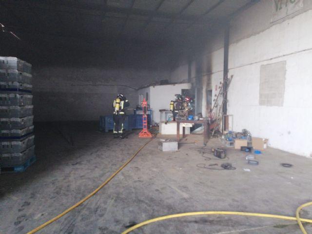 Sanitarios han atendido a un hombre afectado por el humo en el incendio producido en una máquina secadora de pimientos en Totana