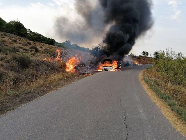 Apagado el incendio de un vehículo que ha provocado un conato de incendio forestal en El Chaparral (Cehegín) - 1, Foto 1