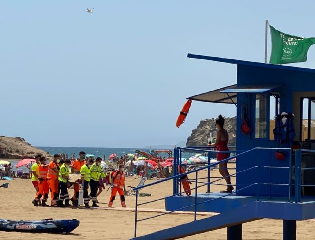 Servicios de emergencia rescatan, atienden y trasladan al hospital a un varón de mediana edad en la playa de la Reya en Mazarrón, Foto 1