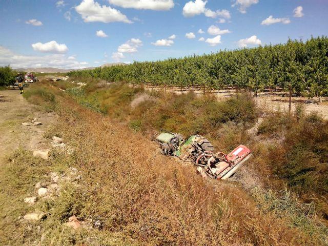 Rescatan y trasladan al hospital al conductor de un tractor que volcó y cayó a una acequia en una finca de Cieza - 1, Foto 1