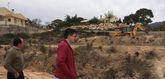 Limpian varias parcelas de propiedad municipal en la urbanización La Charca