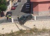 Un vehículo se empotra contra la barandilla de la rambla de La Santa, a su paso por el casco urbano, sin caer al cauce ni lamentar daños personales