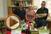 Se hace entrega de los alimentos recogidos en la campaña solidaria promovida por la Biblioteca Municipal 'Mateo García' para Cáritas de ambas parroquias