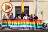 Autoridades municipales colocan la bandera arcoiris en el balcón del Ayuntamiento para promover la tolerancia e igualdad del colectivo LGTB