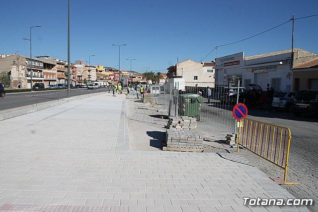 El alcalde y el concejal de Obras e Infraestructuras visitan las obras de la acera de un tramo de la avenida Juan Carlos I - 1