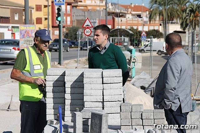 El alcalde y el concejal de Obras e Infraestructuras visitan las obras de la acera de un tramo de la avenida Juan Carlos I - 10