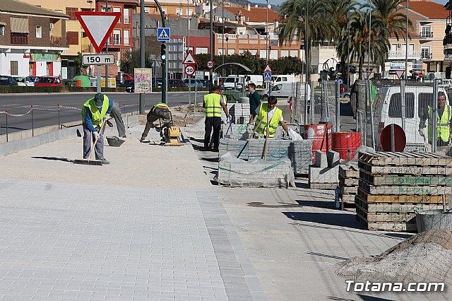 El alcalde y el concejal de Obras e Infraestructuras visitan las obras de la acera de un tramo de la avenida Juan Carlos I - 3