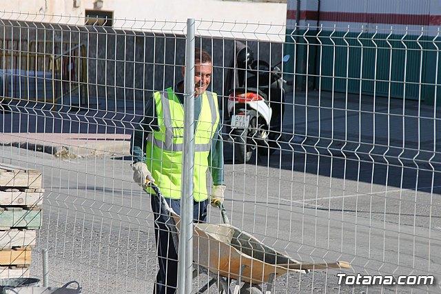 El alcalde y el concejal de Obras e Infraestructuras visitan las obras de la acera de un tramo de la avenida Juan Carlos I - 4