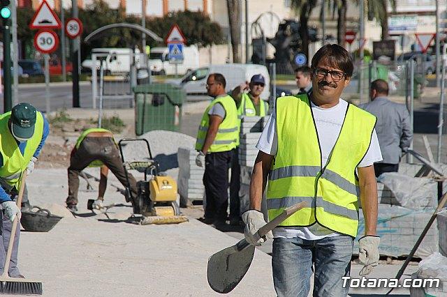 El alcalde y el concejal de Obras e Infraestructuras visitan las obras de la acera de un tramo de la avenida Juan Carlos I - 5