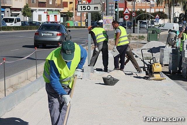 El alcalde y el concejal de Obras e Infraestructuras visitan las obras de la acera de un tramo de la avenida Juan Carlos I - 6
