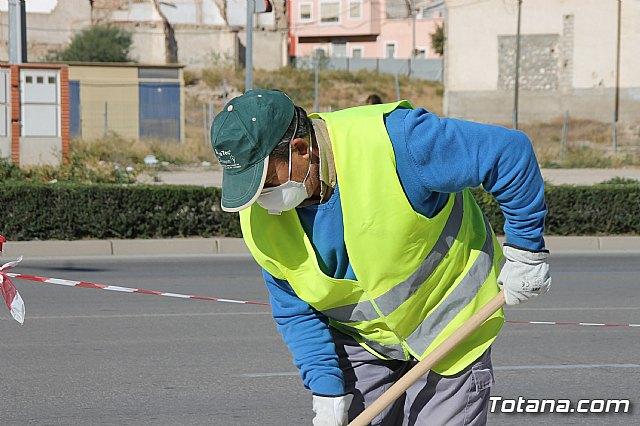 El alcalde y el concejal de Obras e Infraestructuras visitan las obras de la acera de un tramo de la avenida Juan Carlos I - 8