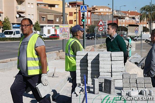 El alcalde y el concejal de Obras e Infraestructuras visitan las obras de la acera de un tramo de la avenida Juan Carlos I - 9