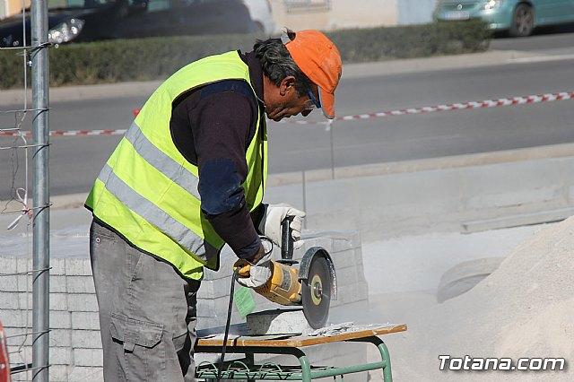 El alcalde y el concejal de Obras e Infraestructuras visitan las obras de la acera de un tramo de la avenida Juan Carlos I - 13