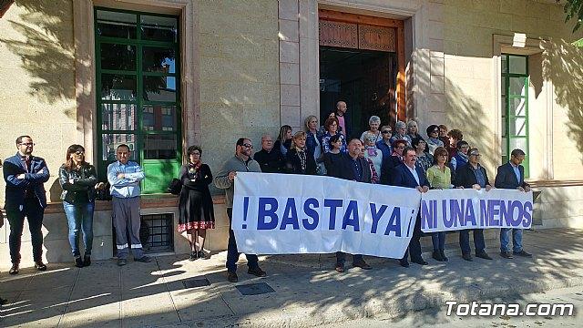 Se guarda un minuto de silencio a las puertas del Ayuntamiento como señal de condena por el último caso de violencia machista en Elda (Alicante) - 1