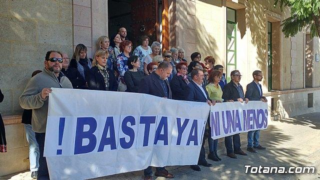 Se guarda un minuto de silencio a las puertas del Ayuntamiento como señal de condena por el último caso de violencia machista en Elda (Alicante) - 2
