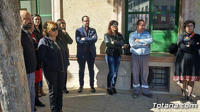 Se guarda un minuto de silencio a las puertas del Ayuntamiento como señal de condena por el último caso de violencia machista en Elda (Alicante) - 3
