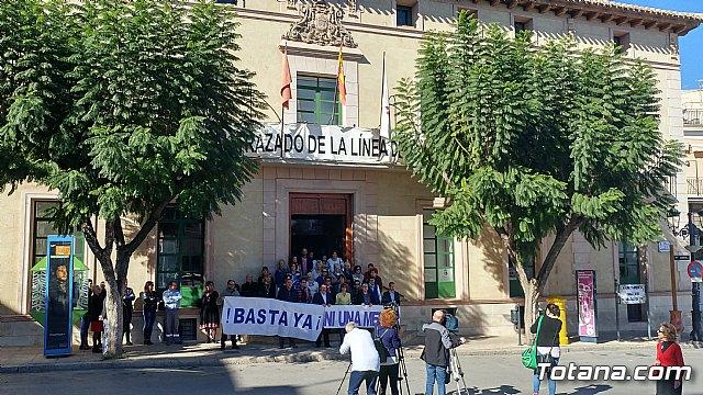 Se guarda un minuto de silencio a las puertas del Ayuntamiento como señal de condena por el último caso de violencia machista en Elda (Alicante) - 4