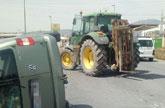 Servicios de Emergencias acuden a atender a un herido atrapado en el interior del veh�culo tras colisionar con un tractor en Totana