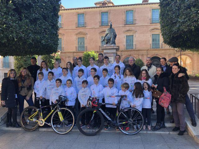 El Ayuntamiento renueva su colaboración con Tritones Murcia, el club de triatlón más laureado de la Región que la pasada temporada logró 165 medallas - 1, Foto 1