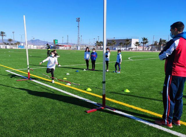 Cerca de 20 jóvenes torreños participan en un gymkana de atletismo en el polideportivo municipal - 4, Foto 4