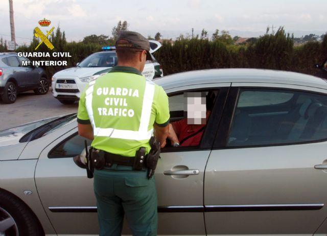 La Guardia Civil investiga a un conductor por delito de falsedad documental de la pegatina de la ITV,  en la carretera RM-533 - 1, Foto 1