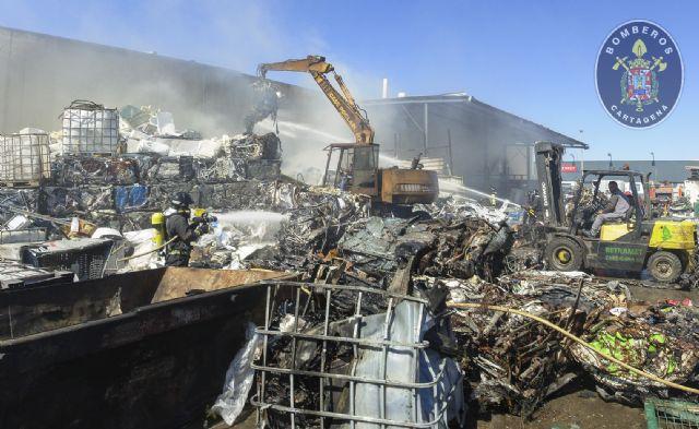 Sofocado un incendio en una chatarrería del Polígono Industrial Cabezo Beaza - 1, Foto 1