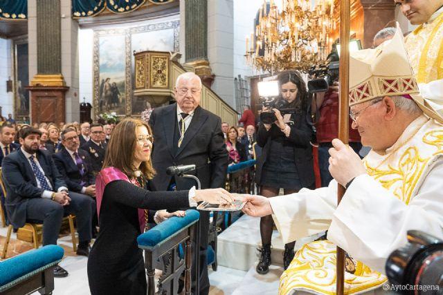 La tradicional Onza de Oro lleva a la alcaldesa a la Caridad para pedir por todos los cartageneros - 1, Foto 1