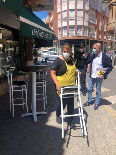 Ayuntamiento y Policía Local supervisan el cumplimiento de medidas de seguridad y normativa en las terrazas del municipio - 2, Foto 2