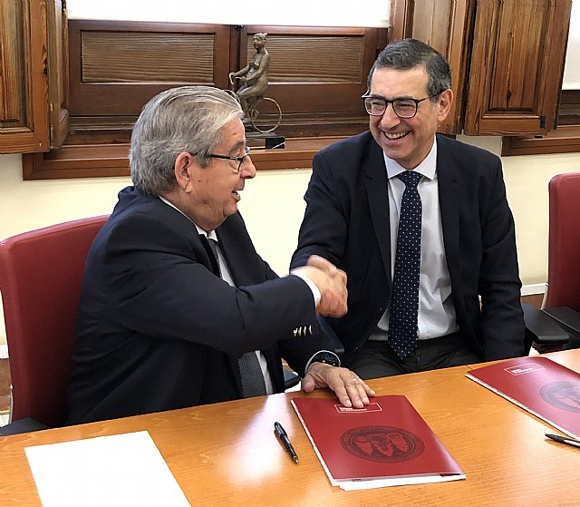 El consejero delegado de Cefusa, José Fuertes, y el rector de la Universidad de Murcia, José Luján, firman el acuerdo de colaboración para la puesta en marcha de una planta piloto de cerdos nacidos mediante técnicas de fecundación in vitro., Foto 1