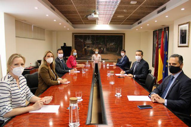 Martínez Vidal recibe a la alcaldesa de Fortuna para dar a conocer las ayudas puestas en marcha con motivo de la pandemia - 1, Foto 1