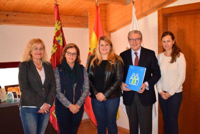 ACOMA y FANUMUR firman un convenio para aplicar descuentos en comercios a familias numerosas, Foto 1
