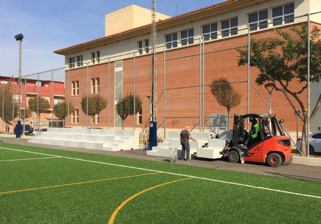 Comienza la colocación del graderío del campo municipal de fútbol 7 junto a la Casa de la Cultura - 2, Foto 2