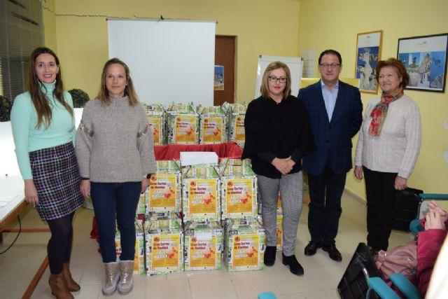 ACOMA reparte 1000 euros entre aquellos que realizaron sus compran navideñas en Mazarrón, Foto 1