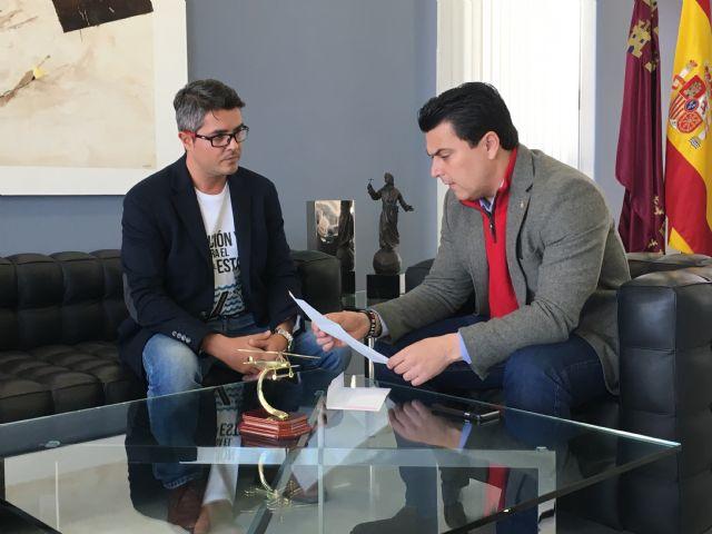 El alcalde se reúne con el ingeniero de caminos de San Javier, Justo Botella para conocer su proyecto de instalación de una compuerta en el Estacio - 1, Foto 1